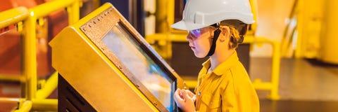 Opération d'enregistrement d'opérateur de garçon du processus de pétrole et de gaz à l'huile et l'usine d'installation, le pétrol images stock