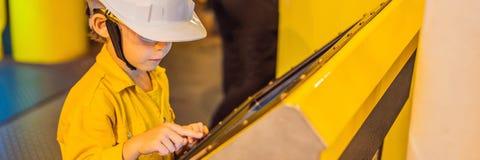 Opération d'enregistrement d'opérateur de garçon du processus de pétrole et de gaz à l'huile et l'usine d'installation, le pétrol photographie stock libre de droits