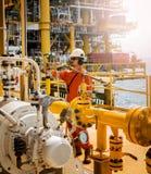 Opération d'enregistrement d'opérateur du processus de pétrole et de gaz au pétrole et au r image stock