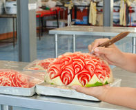 Opération d'exposition de la pastèque découpée par mains du femme photographie stock