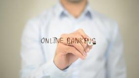 Opérations bancaires en ligne, écriture d'homme sur l'écran transparent Photographie stock libre de droits