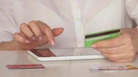 Opérations bancaires en ligne avec le téléphone et le comprimé intelligents lifestyle Salaire facile utilisant le téléphone intel banque de vidéos