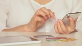 Opérations bancaires en ligne avec le téléphone et le comprimé intelligents lifestyle Salaire facile utilisant le téléphone intel clips vidéos