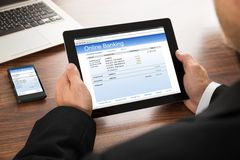 Opérations bancaires en ligne d'homme d'affaires Photographie stock libre de droits