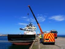 Opérations de chargement en mer de bateau d'approvisionnement images libres de droits
