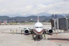 Opérations de remise au sol d'aéroport sur le macadam à Taïpeh SongShan Image stock
