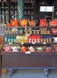 Opóźnia z herbatą, teapots i filiżankami na ulicznym rynku, zdjęcie royalty free