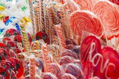 Opóźnia z tradycyjnymi kolorowymi i świątecznymi cukierkami w bożych narodzeniach fotografia royalty free