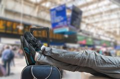 Opóźniający taborowy pojęcie Zmęczony i skołowany pasażer czeka na pociągu zdjęcie royalty free