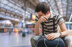 Opóźniający taborowy pojęcie Zmęczony pasażer siedzi w dworcu obrazy stock