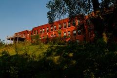 Opóźnionego wieczór widok Zaniechany Edwin Shaw szpital - Akron, Ohio obrazy stock