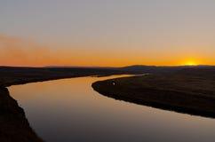 Opóźniony jesień zmierzchu obszar trawiasty blisko rzeki Zdjęcia Royalty Free