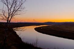 Opóźniony jesień zmierzchu obszar trawiasty blisko rzeki Zdjęcia Stock
