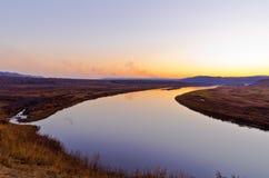 Opóźniony jesień zmierzchu obszar trawiasty blisko rzeki Zdjęcie Stock