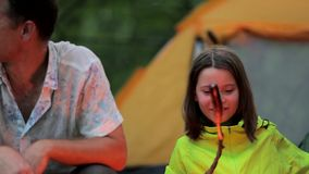 Opóźniony wieczór w obozu, ojca i córki obsiadaniu ogieniem, zdjęcie wideo