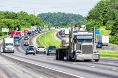 Opóźniony wiosna ruch drogowy na autostradzie międzystanowej obrazy stock