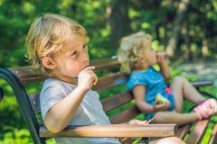 Opõe no campo de jogos, no ressentimento, na discussão do menino e da menina Fotografia de Stock Royalty Free