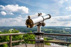 Opłacony pojedynczego obiektywu teleskop, set na wysokim punkt widzenia z widokiem miasta obraz stock