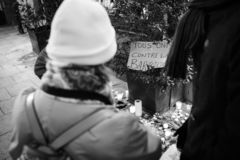 Opłakiwać w Strasburskich ludziach płaci uznanie ofiary Terro obrazy royalty free