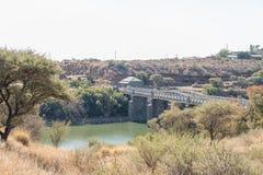 Opłata drogowa dom i stary most nad Vaal rzeką Obrazy Stock