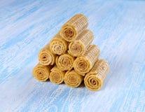 Opłatek rolki na drewnianym błękitnym tle Opłatkowe rolki składają zdjęcia royalty free