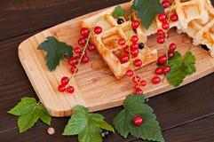 Opłatki dekorowali z czerwonymi rodzynkami na drewnianym tle zdjęcie stock