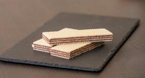 Opłatki z czekoladą na czerń łupku desce zdjęcia royalty free