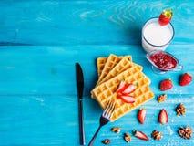 Opłatki z owoc i jagodami na zakończenie stole fotografia royalty free