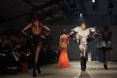 Op aurasjacheraar springen vu de zomer van 2012 modeshow op Stock Foto