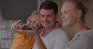 Op balkon van huis is samen gelukkige familie stock video