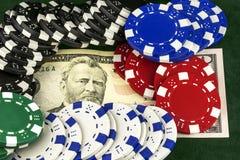 Op bankbiljetten zijn casinospaanders Royalty-vrije Stock Foto's