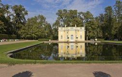 Op banken van het paviljoen Hoger bad van de Spiegelvijver Tsarskoye Selo stock foto's
