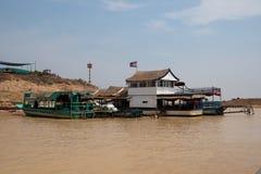 Op banken van rivier dichtbij Tonle-Sapmeer Stock Foto