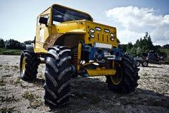 Op bestelling gemaakte vrachtwagen vóór off-road concurrentie Stock Afbeelding