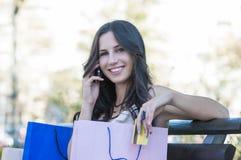 Op celtelefoon over het winkelen Stock Foto's