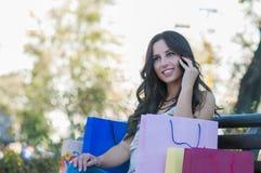 Op celtelefoon over het winkelen Stock Fotografie