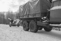 Op de aanhangwagen aan het zwart-witte kanon van de vrachtwagen anti-tank artillerie, stock foto's