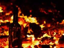 Op de achtergrond van brand is er een fles van Stock Fotografie