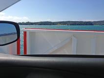 Op de autoveerboot Stock Foto's