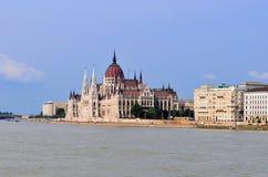 Op de bank van de Donau: het Hongaarse Parlementsgebouw - Boedapest Royalty-vrije Stock Foto's