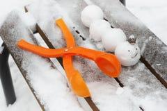Op de bank van sneeuwballenrupsband die wordt gemaakt stock afbeeldingen