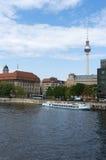 Op de banken van de Fuif. Berlijn. Stock Foto