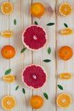 Op de bordachtergrond van vruchten mandarin en grapefruit Stock Afbeelding