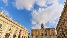 Op de bovenkant van Capitoline-Heuvel Mooie oude vensters in Rome (Italië) Tijd stock video