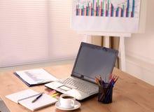 Op de bureaucomputer en een kop van koffie stock foto