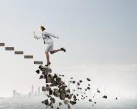 Op de carrièreladder die uitdagingen overwinnen stock foto