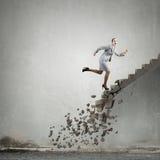 Op de carrièreladder die uitdagingen overwinnen royalty-vrije stock afbeelding