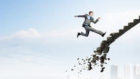 Op de carrièreladder die uitdagingen overwinnen stock afbeeldingen