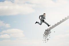 Op de carrièreladder die uitdagingen overwinnen stock afbeelding