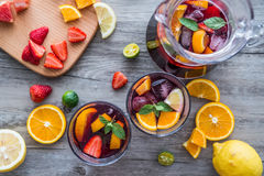 Op de Desktop, de vruchten en de dranken royalty-vrije stock afbeelding